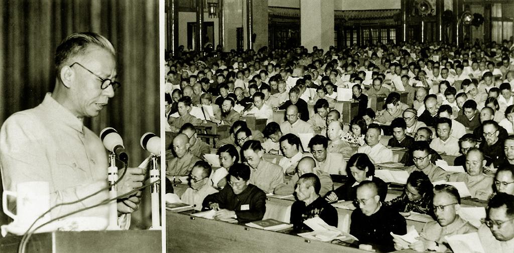 1954年,刘少奇在一次人大会议上作关于宪法草案的报告
