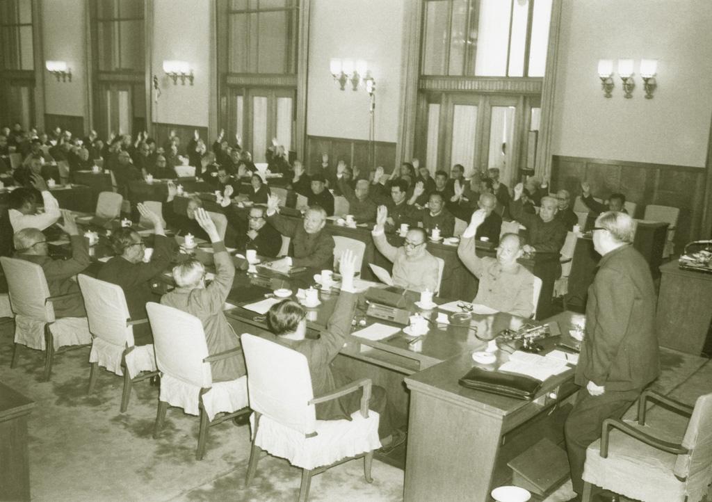 1982年,五届人大常委会公布宪法修改草案交付全民讨论