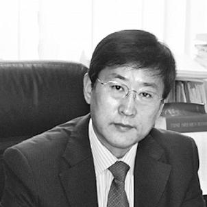 中国宪法学研究会会长 韩大元  现行宪法即八二宪法,就是以五四宪法为基础,总结了我国社会主义发展的丰富经验,并吸取了国际的合理经验,延续了五四宪法的文本特征与内在精神,一些重要的原则在新宪法中得到恢复,并根据国家生活的变化获得新的内涵。