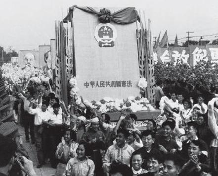 新中国第一部宪法的诞生  回顾新中国第一部宪法的制定过程,有助我们从历史角度考察新中国法治进程的逻辑与经验。