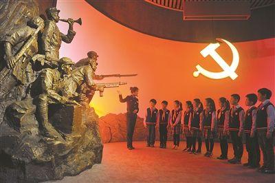 """13日,江苏国家安全教育馆""""全国爱国主义教育示范基地""""揭牌暨复展活动在南京雨花台烈士陵园举行。图为南京雨花外国语小学的学生在馆内参观。"""