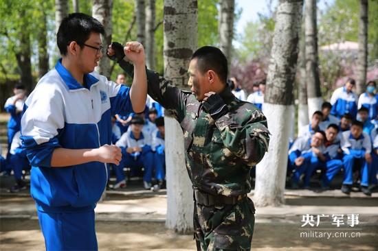 在我国首个全民国家安全教育日到来之际,14日上午,北京卫戍区驻京某团迎来了一批特殊的小客人,为了增强同学们的国家安全意识,北京大学附属中学石景山学校组织150多名学生,走进军营,参观践学。