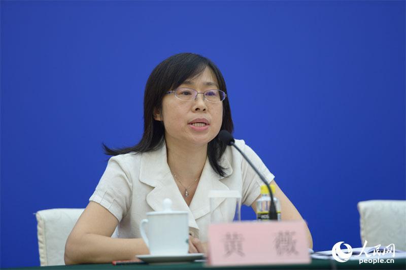 全国人大常委会法工委行政法室副主任黄薇回答记者提问.赵恩泽 摄