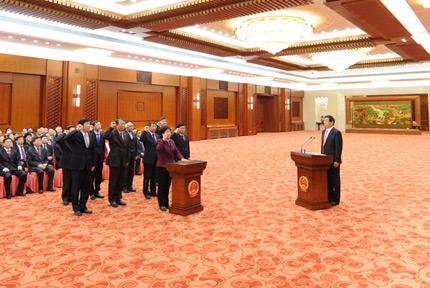 全国人大常委会举行宪法宣誓仪式3月21日,十三届全国人大常委会在北京人民大会堂举行宪法宣誓仪式。全国人大常委会委员长栗战书主持并监誓。