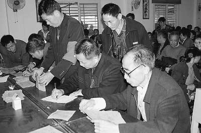 梨树县梨树镇高家村进行第七届村委会换届选举,工作人员在认真统计票