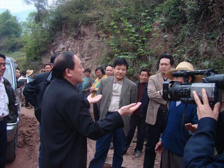 人大代表调研乡村公路建设